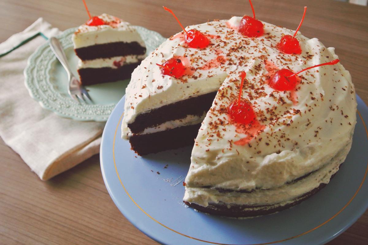 bolo floresta negra, cerejas, bolo de chocolate