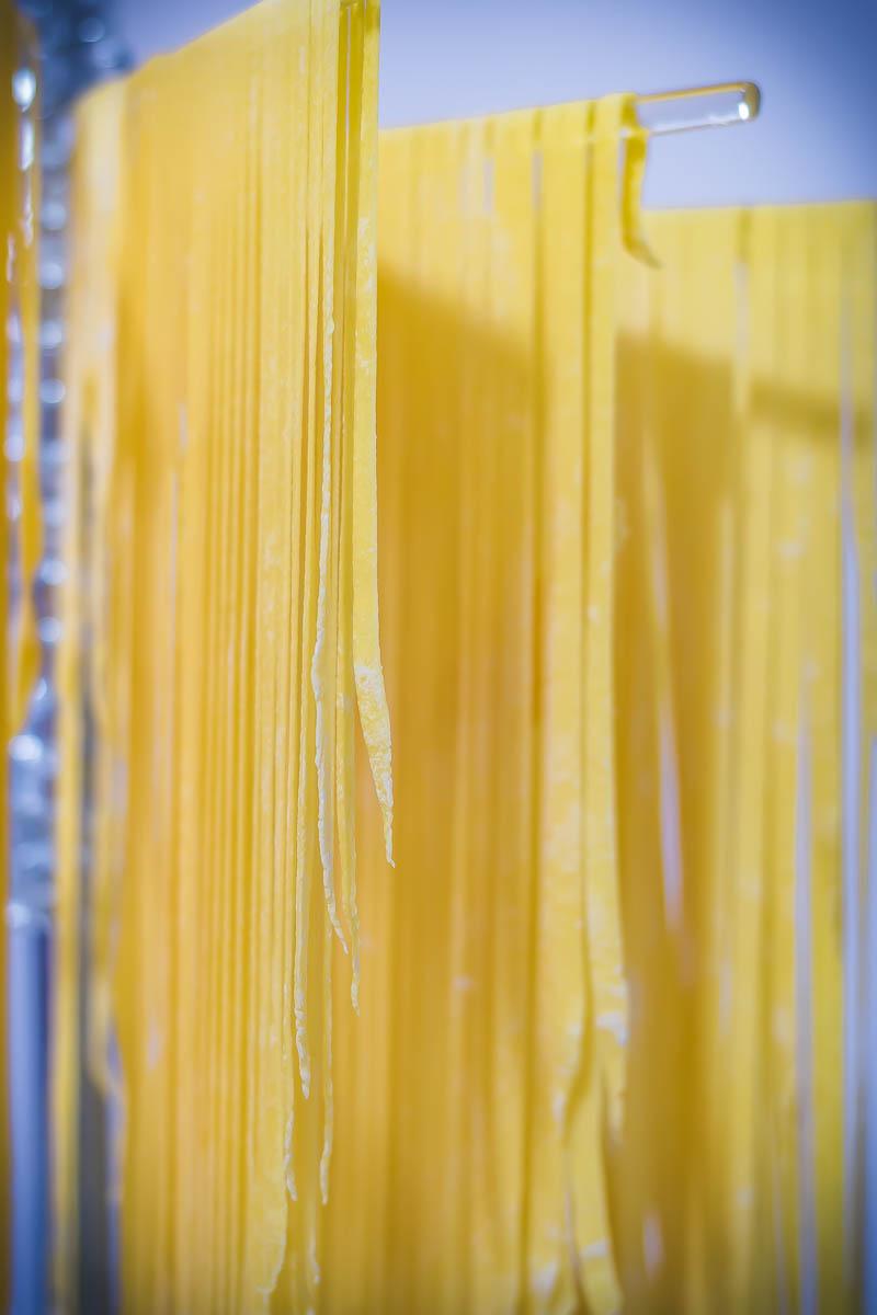 massa caseira de macarrão secando no varal